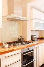 chemin de cuisine photo cuisine blanc moderne avec extracteur plaques chauffantes et