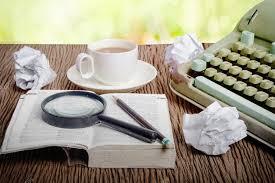 bureau dictionnaire le dictionnaire thaï considèrent sous une loupe sur le bureau de l