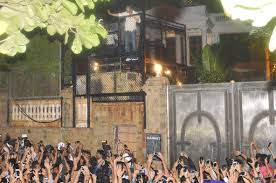 watch video shah rukh khan greets fans outside mannat on 50th
