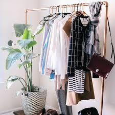support vetement chambre un portant à vêtements tout en cuivre idées idee diy