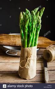cuisiner asperges vertes fraiches ensemble d asperges vertes fraîches enveloppées dans du papier craft