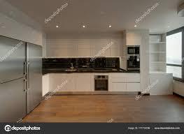 cuisine plancher bois cuisine blanche avec tablier noir plancher bois photographie