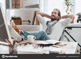 sur le bureau homme se reposer les pieds sur le bureau photographie gstockstudio
