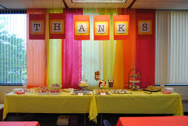 colorful and easy table backdrop like the hanging thanks