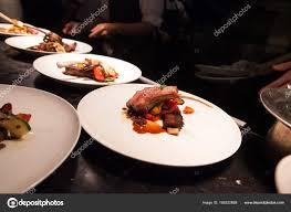 cuisiner l agneau arrière plan flou de chef dans cuisine hôtel ou restaurant cuisiner