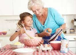 mere et fille cuisine cuisson de grand mère et de fille dans la cuisine image stock