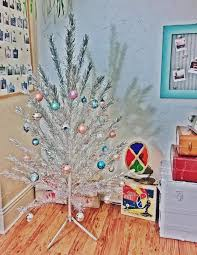 vintage evergleam aluminum tree with spartus rotating