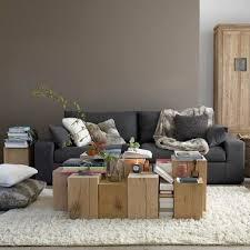 canapé gris foncé salon murs couleur taupe et pan de mur gris clair