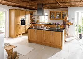 cuisine facade bois cuisiniste classique haut de gamme avec façade bois gbs