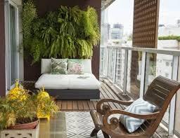 canapé balcon balcon amenager un balcon plantes accrochées au mur grand pot de