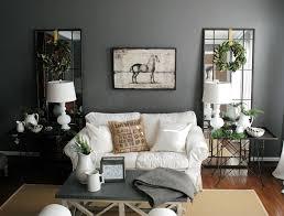deko in grau graue wandfarbe kombiniert mit spiegel als deko im wohnzimmer