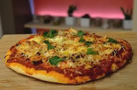 cuisiner une pizza recette pizza aux fruits de mer maison en vidéo