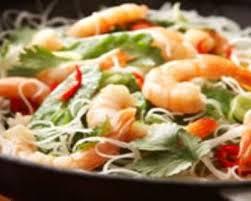 cuisiner le chou chinois recette saumon et crevettes au chou chinois au wok