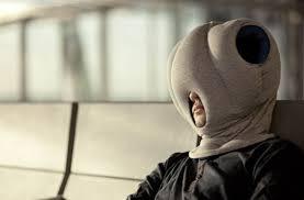 coussin de bureau ostrich pillow le coussin cagoule pour faire la sieste au bureau