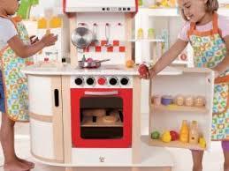 cuisine en bois fille cuisine en bois jouet dinette en bois pour faire un cadeau de