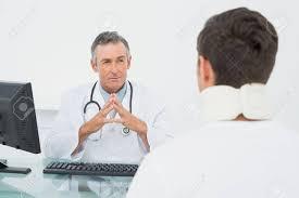 de sexe dans un bureau médecin de sexe masculin dans une conversation avec le patient au
