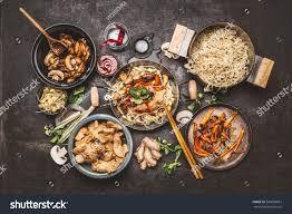 cuisiner wok food cooking wok noodles chicken ภาพสต อก 558850867