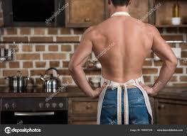 homme nu cuisine image recadrée homme torse debout tablier cuisine