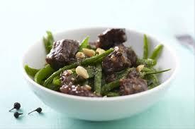cuisiner des pois gourmands recette de wok de boeuf à l huile de coco poêlée de pois