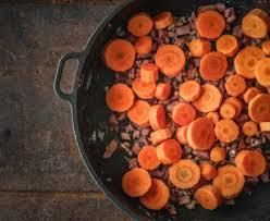 cuisiner des carottes en rondelles poêlée de carottes aux lardons recette de poêlée de carottes aux