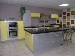meuble cuisine jaune quelle couleur de mur pour une cuisine avec des meubles jaunes