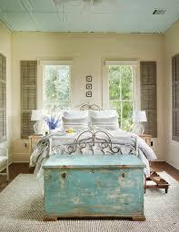 coffre de chambre 40 idées pour le bout de lit coffre en images bedrooms