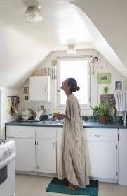 cuisine sous pente comment aménager une cuisine idées en photos
