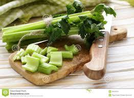 cuisiner celeri céleri vert coupé sur un panneau de cuisine image stock image du
