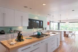 kche wei mit holzarbeitsplatte holz arbeitsplatten machen die moderne küche gemütlich