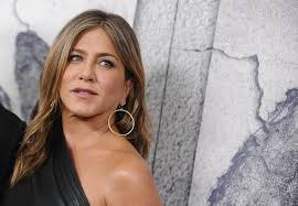 Jennifer Aniston Wedding Ring by Jen Wearing Jennifer Meyer Hoops At The Leftovers Premiere In 2017