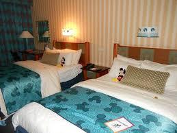 chambre hotel disney la chambre le soir lumiere tamisée lits ouvert et pieces en chocolat