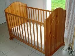 chambre bébé pin massif lit aubert en pin massif couleur miel vendu photo de l meuble de