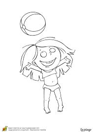 dessin à colorier d u0027un enfant jouant au ballon à la plage