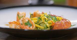 cuisiner crevette ma recette de crevettes au chorizo courgettes et mangue laurent