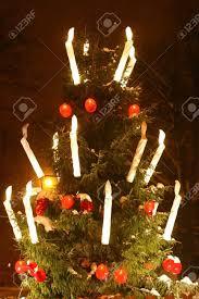candele scintillanti albero di natale è brillante e scintillante nella notte con