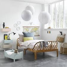 chambre en osier chambre enfant lit en rotin suspension boule blanche lit de bébé