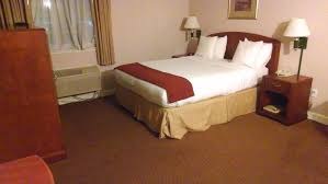 file hotel room with queen size bed jpg wikimedia commons