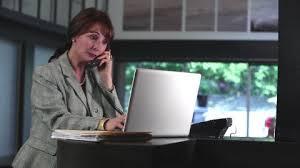 femme de bureau femme téléphoner bureau hd collection stock vidéo framepool