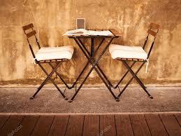 photo arri e plan bureau bureau et chaises avec vintage brun vieux ciment mur en arrière plan