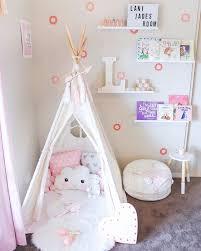 chambre bébé simple décoration simple et épurée pour chambre bébé fille un joli tipi