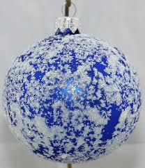 matte blaue weihnachtskugeln aus glas mit weißem glitzer bestreut