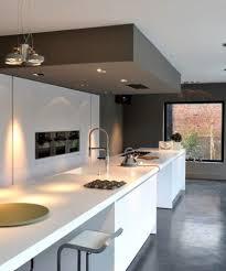 faux plafond cuisine ouverte cuisine moderne sol coulé îlot table à manger haute photo