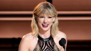 taylor swift returns to 2016 cma awards to present entertainer of