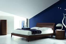 muri colorati da letto il letto rovere moro su una parete cobalto muri