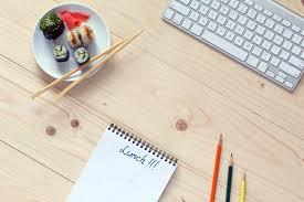 bloc note sur bureau jeu de sushi et baguettes ordinateur et bloc notes sur bois bureau