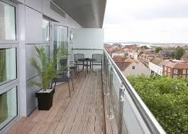 holzdielen balkon holzboden für den balkon so verlegen sie ihn richtig