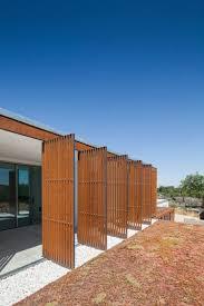 balkon paneele funktionale paneele aus holzlamellen schaffen schatten und