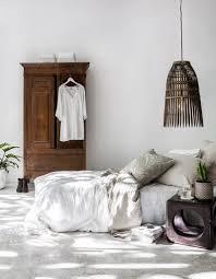 cdiscount cuisine equipee une chambre blanche reveille par des elements en bois fonce la