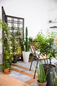 Plante Artificielle Exterieur Ikea by Un Calepinage En Bois Et Pierre Naturelle Dessine Un Espace