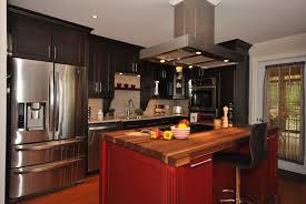 cuisine en cuisine en merisier de couleur noir avec un comptoir en noyer